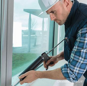 Glaszettersbedrijf aan het werk in Vledder